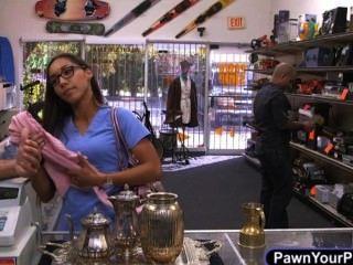 간호사가 그녀의 팬티를 냄새와 함께 판매하기 위해 그녀의 팬티에 넣습니다.