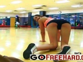 여자 친구는 체육관에서 흥분하게된다.