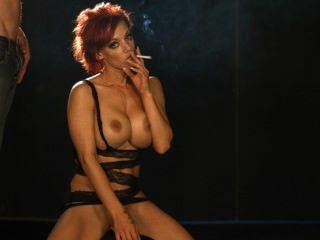 pornstar loulou는 흡연자가 담배를 피우고있는 동안 sybian을 타는 동안