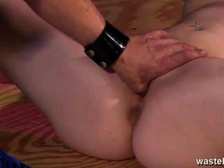 그녀의 다리가 찢어지고 구멍이 뚫렸다.