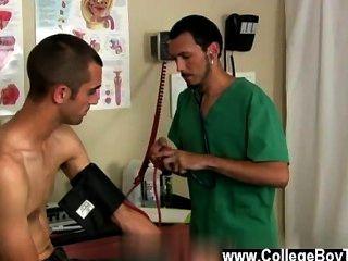 벌거 벗은 남자들은 의사와 환자가 시험의 반대쪽 끝내야 해.