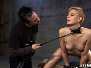 생강 섹스 노예는 채찍질 당하고 즐거움을 위해 매질 당한다.