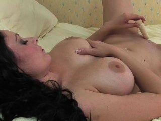 뜨거운 아가씨는 그녀의 젖은 성기를 과시합니다.