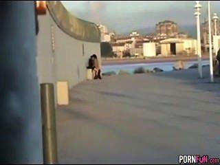 미친 흥분한 십대들은 공공 장소에서 엿 먹어.