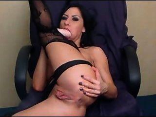 캠 매춘부가 그녀의 엉덩이 구멍을 노렸다.