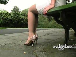 예쁜 베이비가 그녀의 부드러운 부드러운 나일론 다리와 멋진 하이힐을 과시합니다.