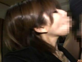 사무실 아가씨가 그녀의 가슴을 문질러 입으려고 입꼬리에 강아지를 망 쳤어.