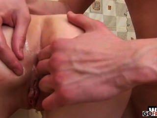 그가 그녀의 엉덩이를 치기 전에 cammy는 그의 거시기에 빤다.
