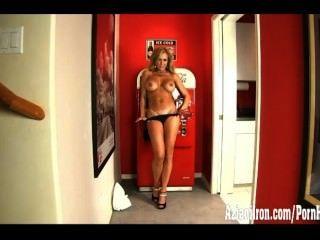 섹시한 찢어진 근육 베이비는 그녀의 커다란 음부 입술로 연극을한다.