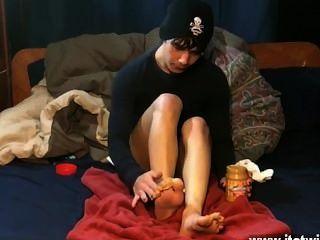 게이 xxx 전에 땅콩 버터를 그의 발가락 전체에 뿌린다.