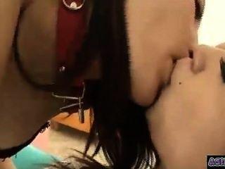 앉아있는 수갑으로 놀고 빠는 방 키스 2 아시아 소녀