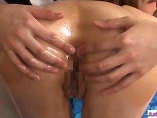그녀의 새끼를 점점 masseuse와 키스 아시아 소녀는 핥아하고 fingere