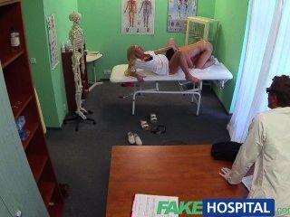 가짜 병원 더러운 의사와 장난 꾸러기 간호사 모두 즐거움 환자 고양이