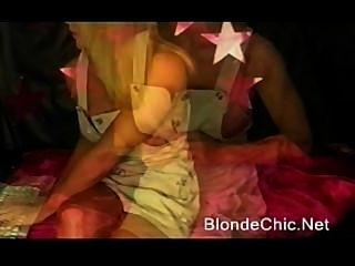 아름다운 소녀 ifbb 프로에 의한 근육 flexing
