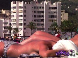 서사시 tanlines 및 토플리스 해변에 가짜 가슴에 피어싱 된 젖꼭지