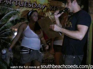 봄 휴가 남쪽 해변에 젖은 tshirt 대회를하고 뜨거운 진짜 대학 여자