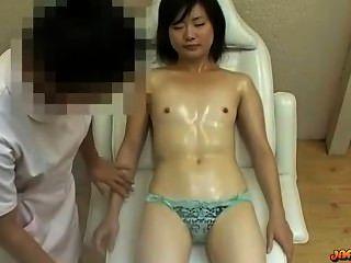 작은 가슴을 가진 아시아 소녀는 엄마에 진동기로 자극 된 마사지 음부