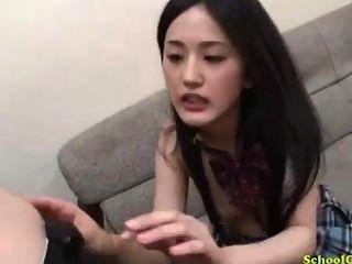 여학생이 치마에 손가락을 빨고있는 남자 69 앉아있는 소파에 소파에