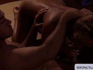 젖은 머리카락으로 섹시한 카터 크루즈가 소파에서 열 받게된다.