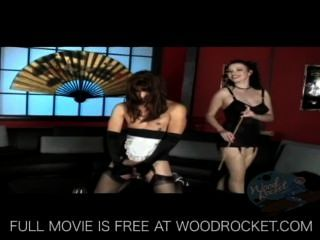 dominatrix는 하녀 유니폼을 입고 그를 격려한다.