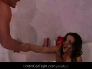 섹시한 방 메이트 소녀 열심히 반지를 위해 catfighting