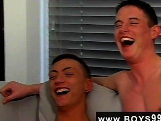 게이의 거시기 저스틴과 올리버가 기차에서 동성애자 애런을 뽑아 냈어.