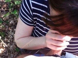 바람을 피우는 아내는 숲속에서 내 거시기를 빨고 그녀의 입에 정액 정액!