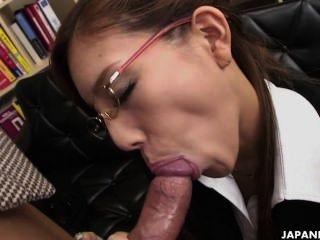 뜨거운 일본 여자애는 굉장한 발목을 준다.