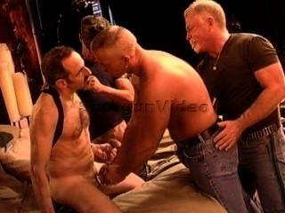 4 명의 근육질 성숙한 친구들이 cbt 난교를 피우고 있습니다.