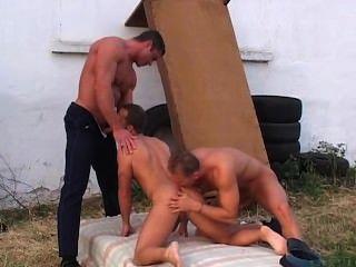 두 섹시한 경찰이 남자를 해.