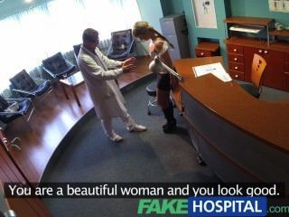 가짜 병원 레이디는 의료비를 절약하기 위해 거지를 빨아 먹는다.