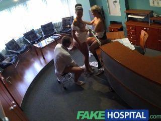 가짜 병원 간호사가 처음으로 의사 삼 인조에 합류했습니다.