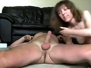 섹시한 흥분한 아가씨는 남편의 거시기를 엿 먹이고 섹스를한다.