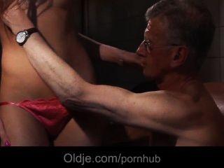 늙은이는 뻔뻔스런 젊은 청소부의 엉덩이를 잡아 먹는다.