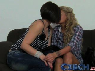 체코 어 예쁜 샴페인 금발은 노인에게 사랑을 나누는 것에 대해 호기심이 많습니다.