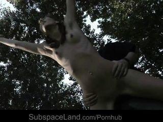 섹시한 마른 노예 미신을 묶고 속박 판타지로 착취했다.