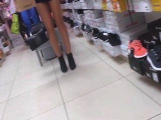 새로운 신발을 시험해 보는 섹시한 아가씨