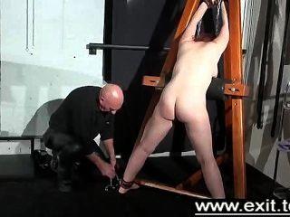 티나는 지하 감옥에 갇히고 처벌 받았다.