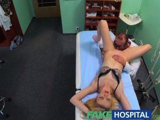가짜 병원 의사의 구강 마사지는 마른 금발을 그녀의 첫번째 오르가슴에게 준다.