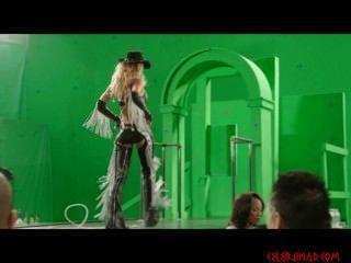 제시카 알바는 죄의 도시 2에서 녹색 스크린을 배경으로 벗겨 낸다.
