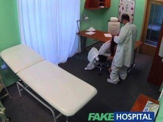 fakehospital 섹시한 졸업생은 직업을 위해 의사 데스크에서 핥고 좆된다.