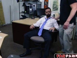 수염을 가진 남자가 돈을 벌기 위해 엉덩이에 잤어.