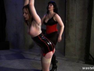 문신을 한 노예는 그녀의 지배적 인 여주인에 의해 열심히 휘저어진다.