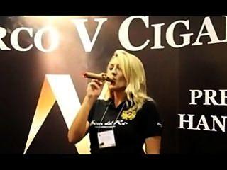 아름 다운 여자 ipcpr 2012에서 마르코 v의 킹 흡연