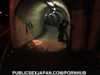 yuka kurihara는 강아지가 터널에서 엿습니다.