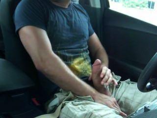 대중 앞에서 자기 차에서 자고있다.