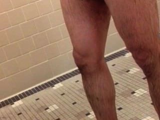 체육관 샤워에서 뜨거운 갈색 수탉