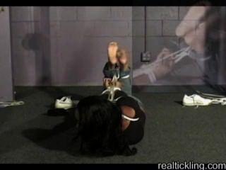 흑단 여아는 양말과 발을 간지럽 히다