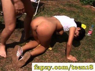 그녀의 엉덩이에 꽉 십대 빌어 먹을