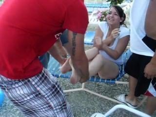 뜨거운 여자 신발과 양말을 제거하고 수영장에서 던져